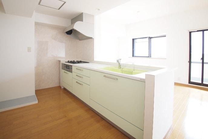 ライムグリーンのシンクで明るいキッチン 広島市中区