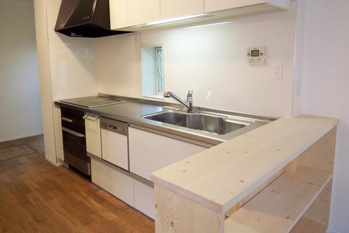 自然素材空間に似合う明るいキッチン空間 廿日市市