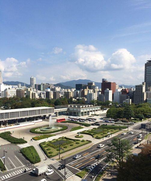 新築マンションと中古マンションが建ち並ぶ広島市内