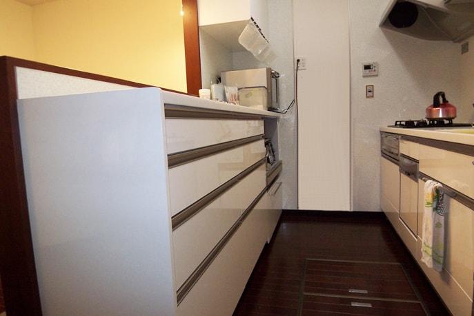 収納力抜群!女性に人気のカラフルシンクキッチン 廿日市市