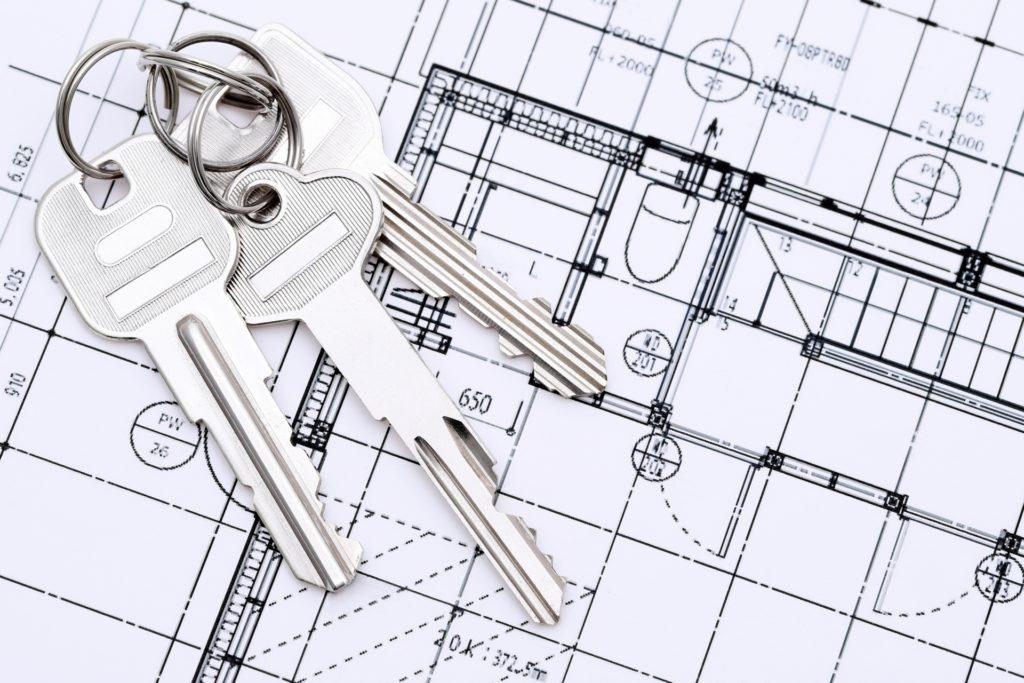 マンションリノベーション図面の上に、今お住いのご自宅の鍵が乗っている画像